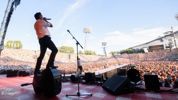 THE MONROES-Sänger Hanno Pinter vor einem ausverkauften Olympiastadion München.