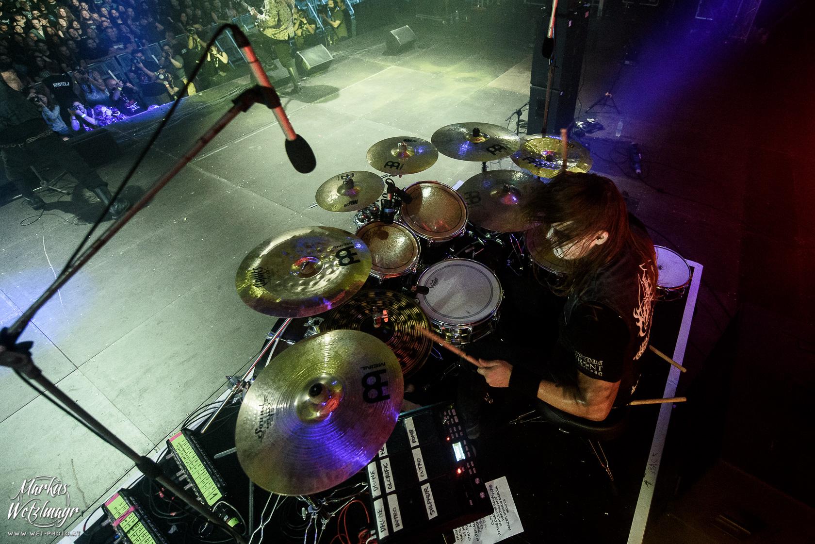 Fredrik Widgis (Drums) von MARDUK - so viel Platz, wie versprochen, war auf dem Drumraiser dann doch nicht. © Markus Wetzlmayr / @wetphoto / www.wet-photo.at NO USE WITHOUT PRIOR WRITTEN PERMISSION // KEINE VERWENDUNG OHNE VORHERIGE SCHRIFTLICHE ERLAUBNIS.